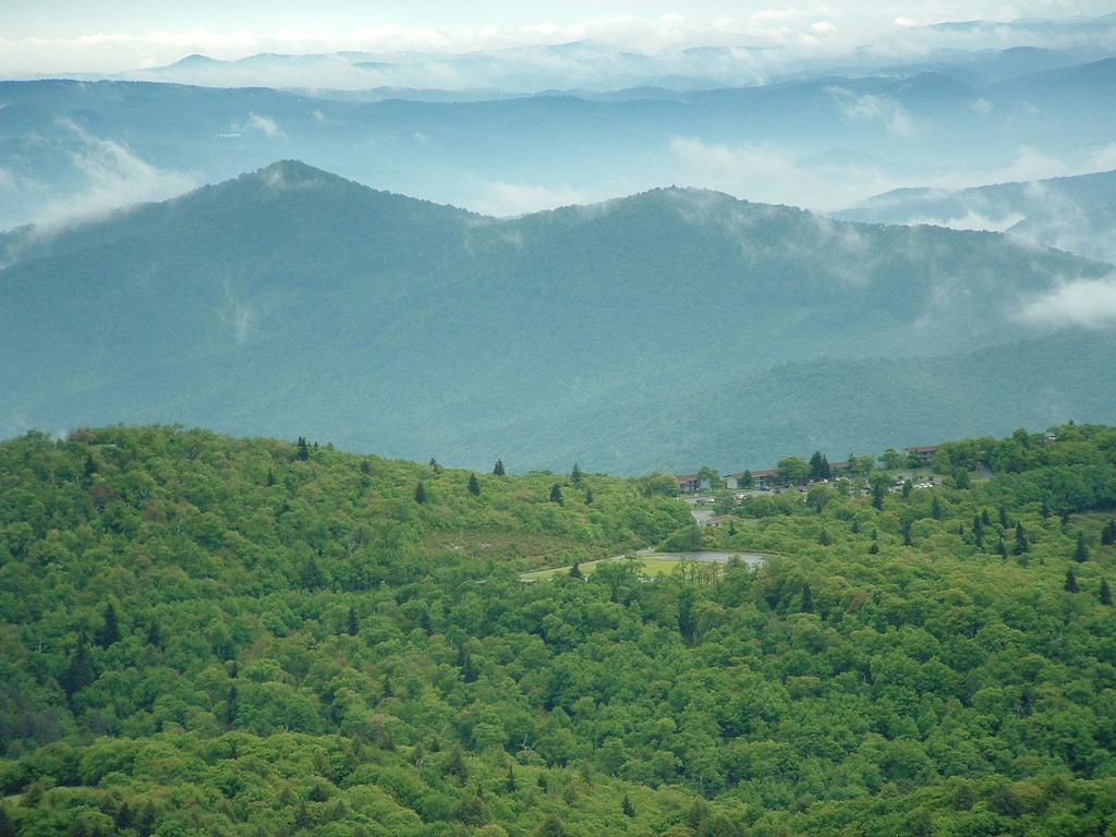The Pisgah Inn as seen from the summit of Mount Pisgah, with Pisgah National Forest beyond.