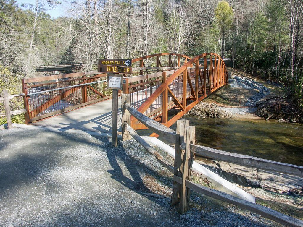 New footbridge at the Hooker Falls parking area and Hooker Falls and Triple Falls trail junction.
