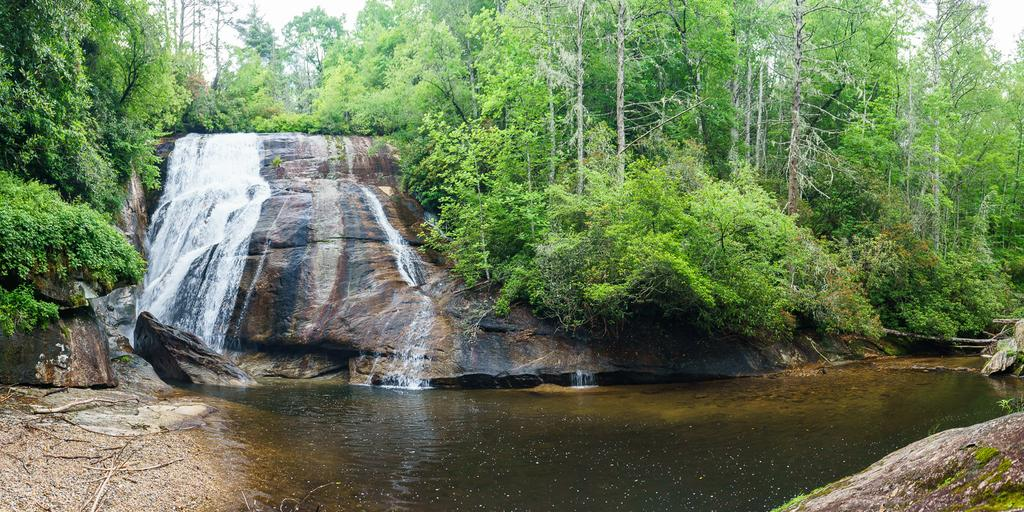 Panoramic view of the falls and plunge pool.